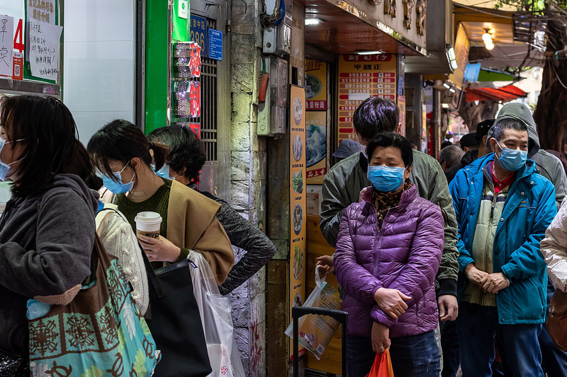 新型コロナウイルス対策のためマスクを付ける中国・広州の人々=2月2日(写真:Zhizhou Deng)