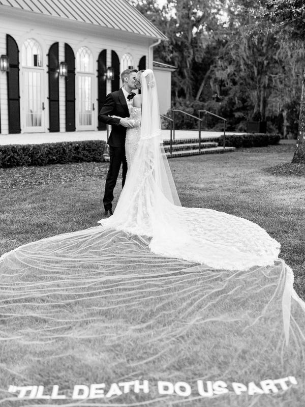 ヘイリー・ビーバーが昨年10月に公開したウェディング写真。下部には「Till Death Do Us Part(死が二人を分かつまで)」と結婚の誓約の言葉が掲げられている。(写真:ヘイリーのインスタグラムより)