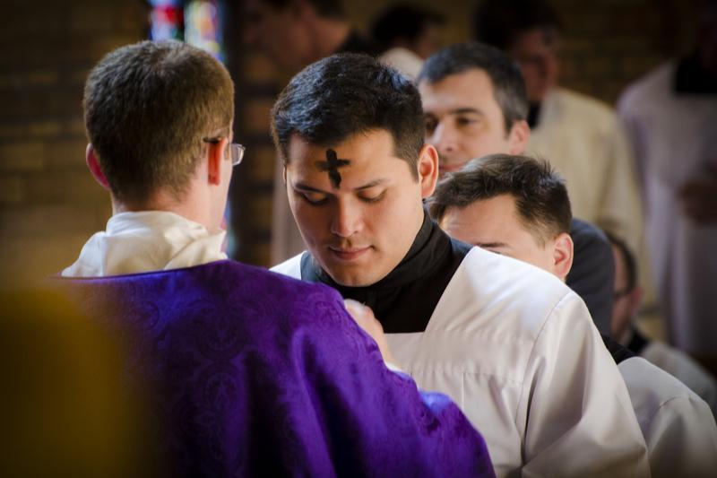 「灰の水曜日」に行う「灰の式」で、額に灰の十字の印を付けてもらう人(写真:SJV Denver)