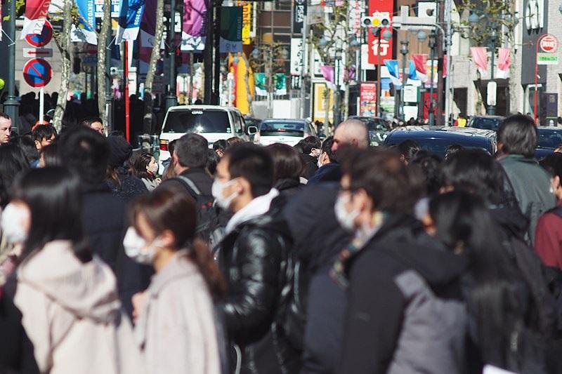 マスクをして歩く人々=2月2日、東京都渋谷区で(写真:nakashi)