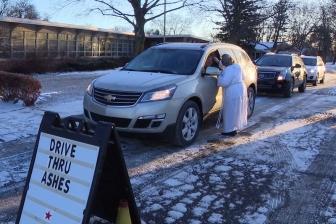 灰の儀式をドライブスルー方式で提供 米教会、灰の水曜日に