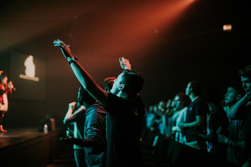 現代的な礼拝で賛美する若者たち(写真:Hannah Busing)