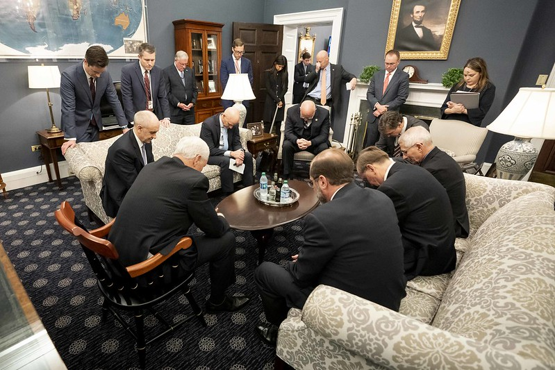新型コロナウイルスの対策チームと共に祈るマイク・ペンス米副大統領(写真:ホワイトハウス)