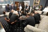 新型コロナ対策責任者のペンス米副大統領、ホワイトハウスで祈るも賛否