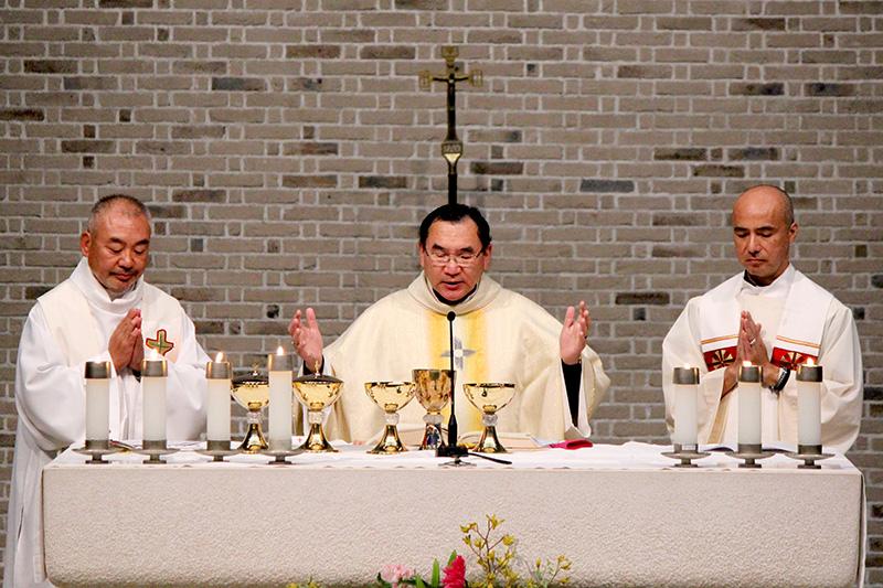 東京都内で行われたミサで祈りをささげる菊地功大司教(中央)=2019年10月19日
