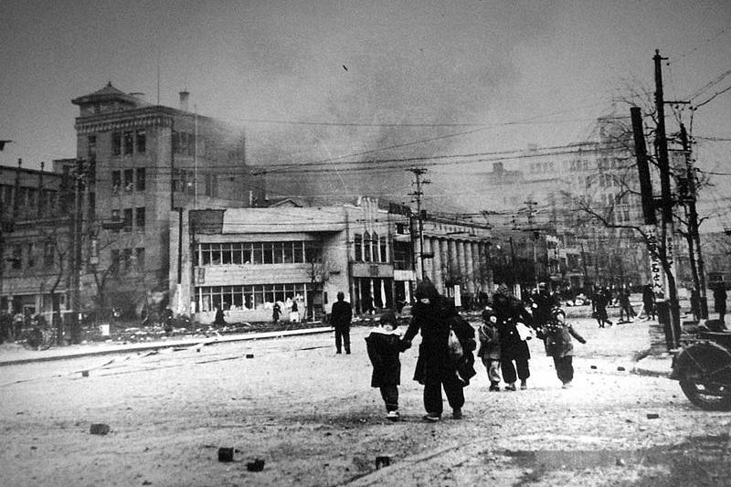 1945年1月27日ごろの銀座数寄屋橋交差点(写真:石川光陽)