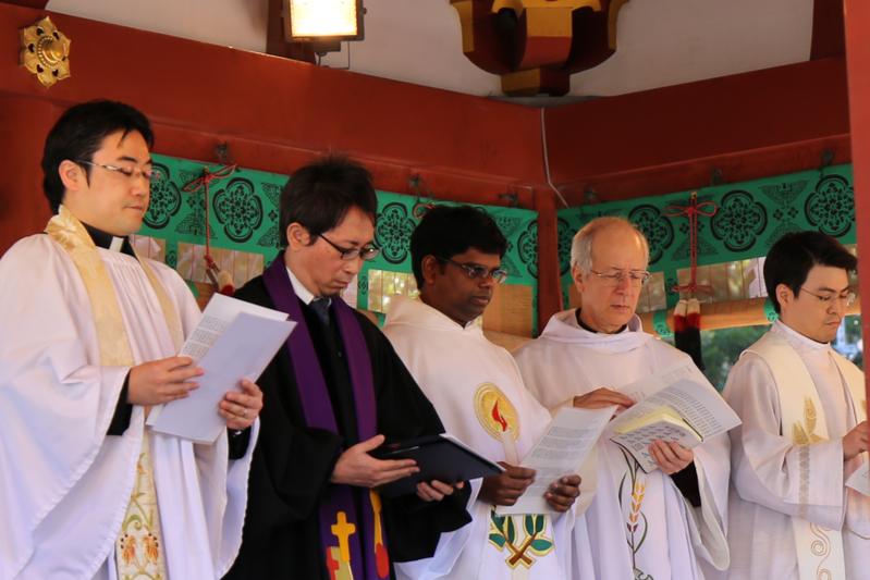 鶴岡八幡宮の舞殿でキリスト教の祈りをささげるキリスト教の聖職者・教職者ら=11日、鶴岡八幡宮(神奈川県鎌倉市)で