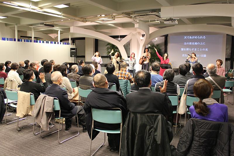 共に賛美をささげる参加者たち=11日、ウェスレアン・ホーリネス教団淀橋教会(東京都新宿区)で