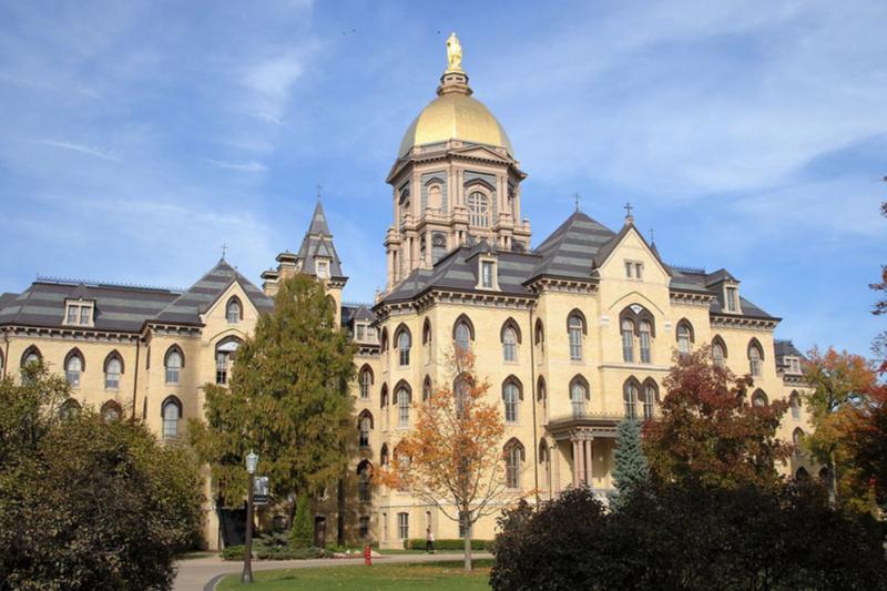 「ゴールデンドーム」の名で呼ばれているノートルダム大学(米インディアナ州)の本館(写真:Eccekevin)