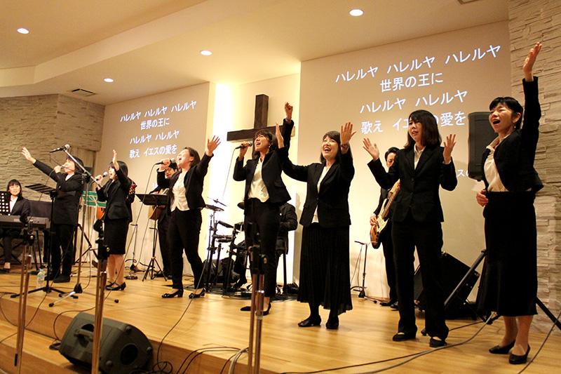 力の限り主に賛美をささげる音楽奉仕者たち=14日、神の家族主イエス・キリスト教会(東京都足立区)で