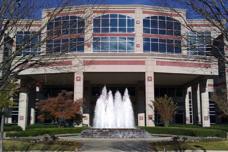 現在、ハイランド教会(米アラバマ州)のグランドビュー・キャンパスとなっている建物。もともとはカンファレンス施設だった。17日からは、ドライブスルー形式の新型コロナウイルス検査の提供を始めた。(写真:Brown Mechanical)
