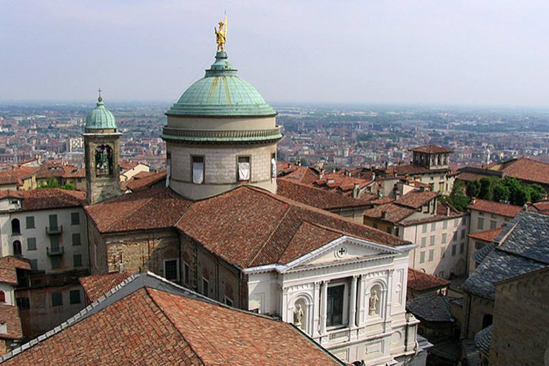 イタリア北部ベルガモ教区の司教座聖堂(カテドラル)とベルガモ市内の様子。同教区では、3月19日までに司祭11人が亡くなった=2007年(写真:Zhang Yuan)
