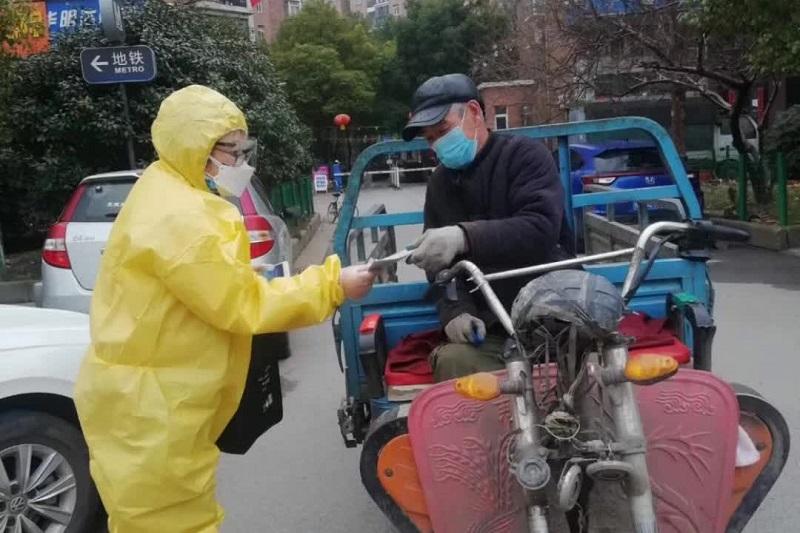 マスクを配布しつつ伝道する武漢のクリスチャン(写真:ハートクライ宣教師協会)