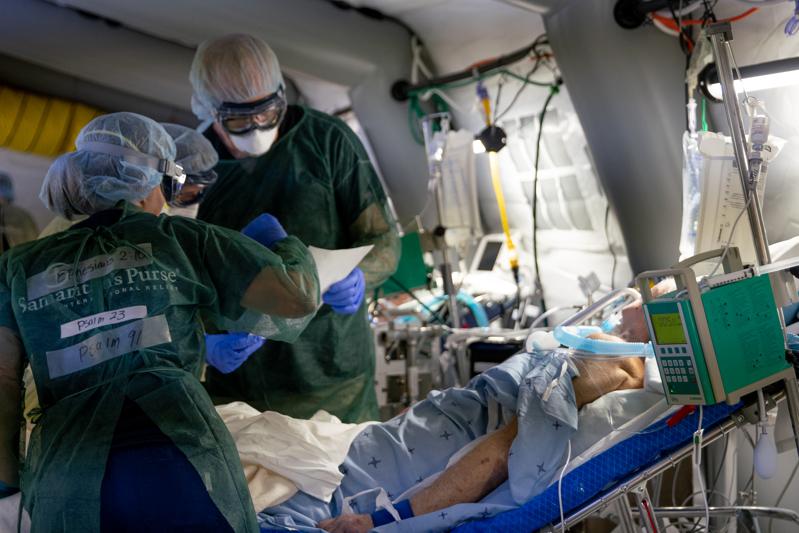イタリア北部クレモナに設置された救急野外医療施設で治療に当たるサマリタンズ・パースの医療チーム。看護師の背中には、聖書箇所が書かれたテープが貼られている。(写真:サマリタンズ・パース)