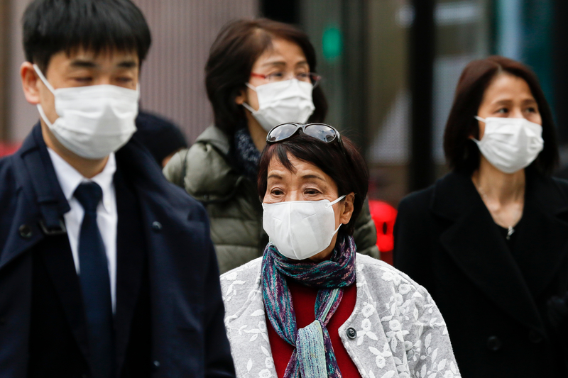 マスクを付けて歩く歩行者=2月4日、東京・銀座で(写真:Rodrigo Reyes Marin / Shutterstock)