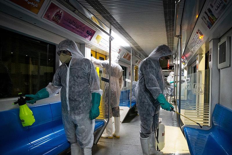 新型コロナウイルス対策のため地下鉄の車両内部を消毒する従業員=2月26日、イラン・テヘランで(写真:Zoheir Seidanloo)