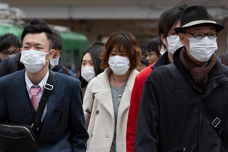 東京・渋谷のスクランブル交差点を歩くマスクを付けた人々=2月22日(写真:Rodrigo Reyes Marin / Shutterstock)