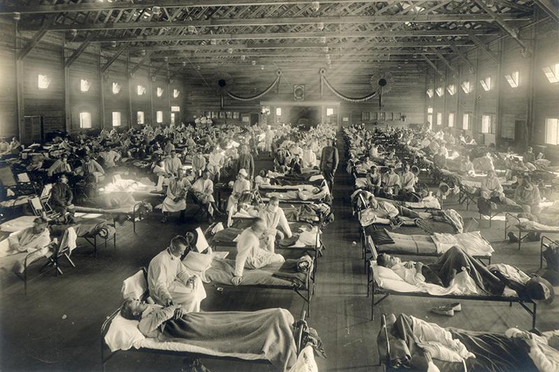 スペイン風邪に罹患し、治療を受けるファンストン陸軍基地(米カンザス州)の兵士たち