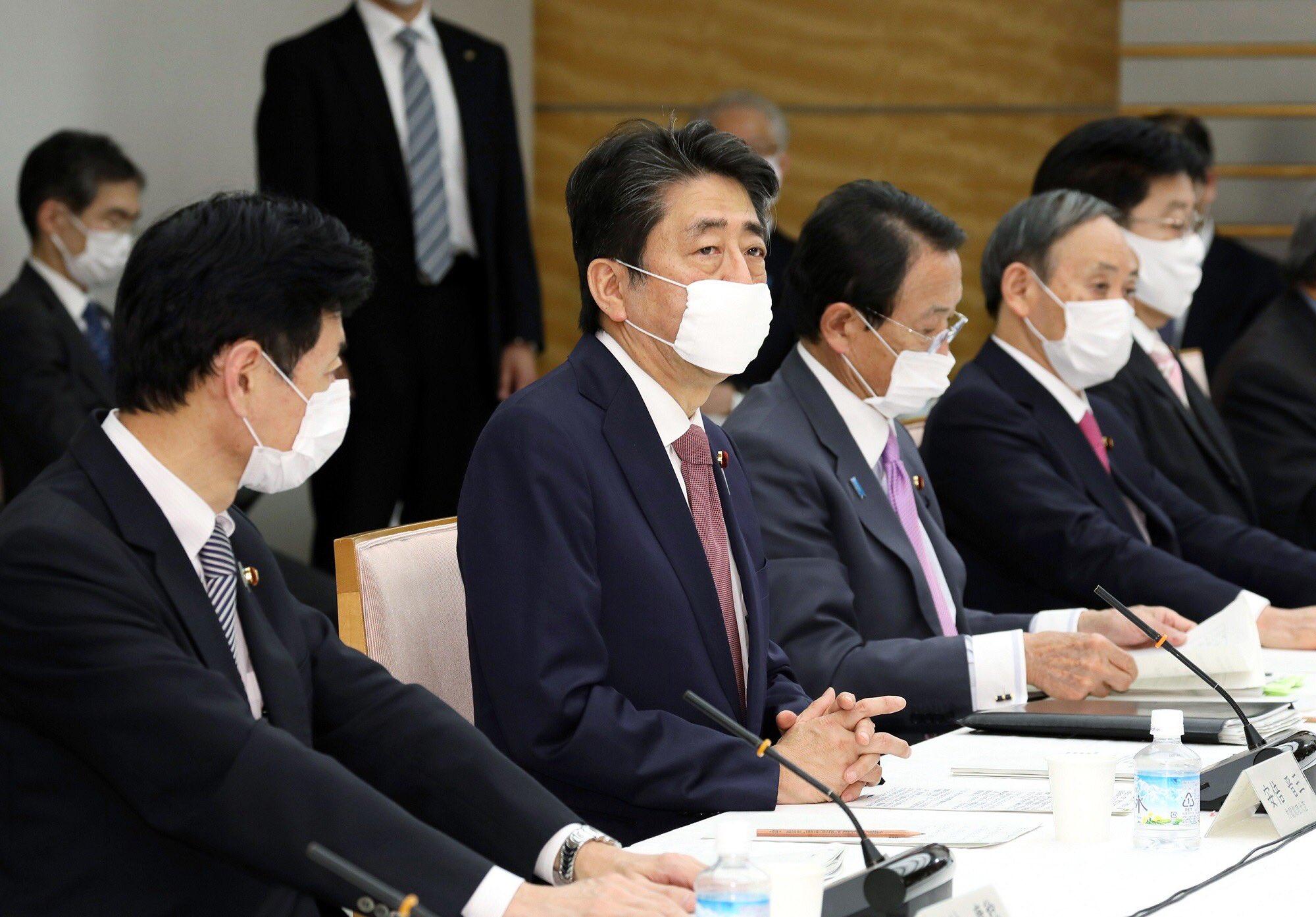 首相官邸で行われた第37回未来投資会議にマスクを付けて参加する安倍晋三首相と閣僚ら=3日(写真:首相官邸のツイッターより)