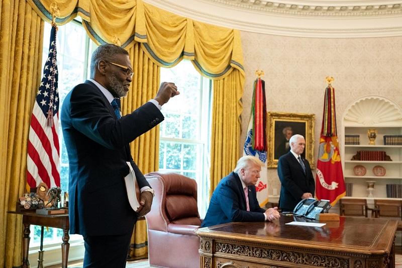 米ホワイトハウスの大統領執務室で共に祈るハリー・ジャクソン牧師(左)、ドナルド・トランプ大統領、マイク・ペンス副大統領(写真:ホワイトハウス)