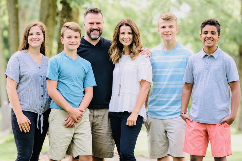 ウィロークリーク・コミュニティー教会の新主任牧師に就任したデビッド・ダンミット氏(左から3番目)とその家族(写真:同教会)