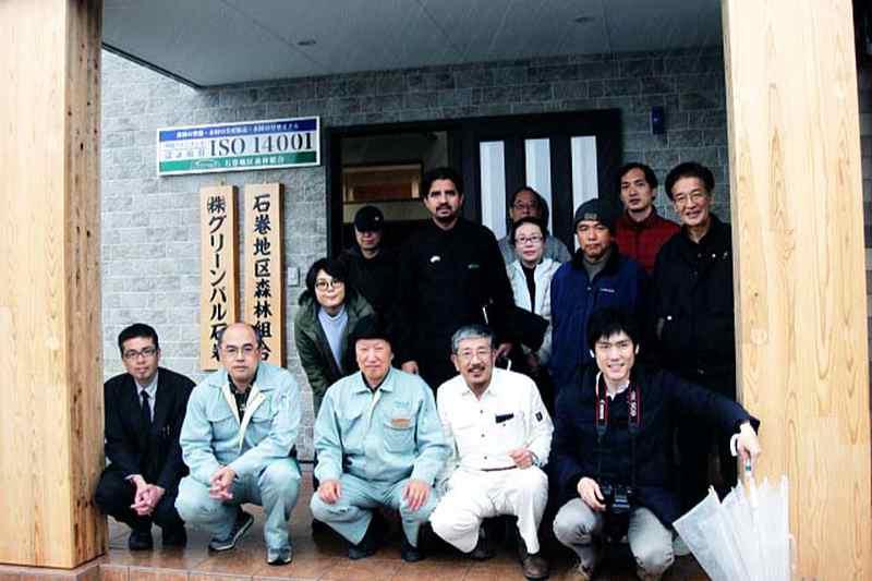 石巻地区森林組合の関係者と神戸国際支縁機構・第106次東北ボランティアの参加者。最前列左から3人目が同森林組合の大内伸之理事長、4人目が筆者。神戸新聞の竹本拓也記者(最前列右端)も同行取材してくれた=2020年3月10日、同森林組合(宮城県石巻市)前で(写真:同機構提供)