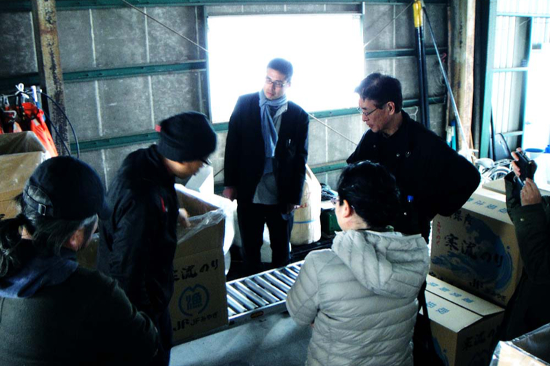 宮城県石巻市塩富町では海苔(のり)の運搬を手伝った=2020年3月11日(写真:神戸国際支縁機構提供)