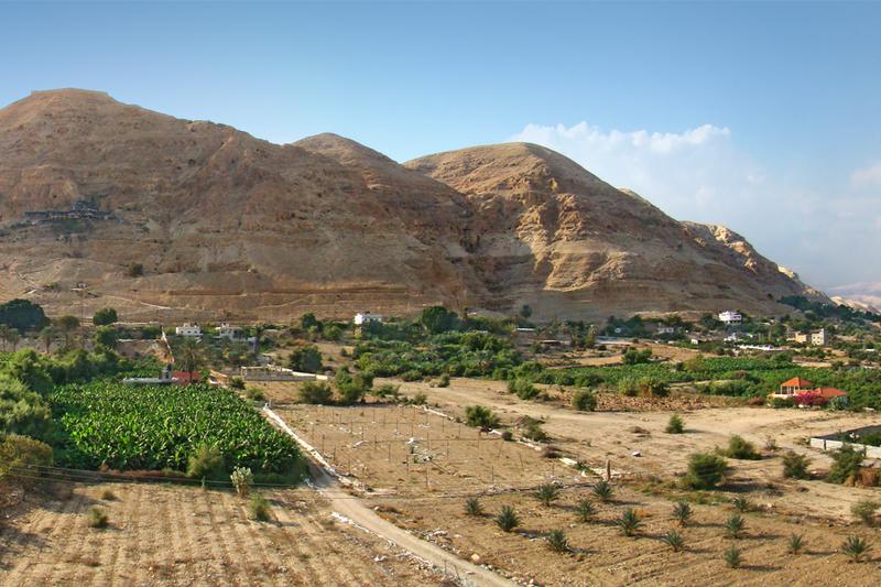 ヨルダン川西岸地区のエリコ近くにある「誘惑の山」。イエス・キリストが悪魔から誘惑を受けたと言い伝えられている。(写真:Tango7174)