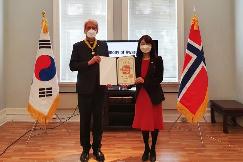 世界教会協議会(WCC)のオラフ・フィクセ・トヴェイト前総幹事(左)と、韓国の南英淑(ナム・ヨンスク)駐ノルウェー大使(写真:駐ノルウェー韓国大使館)