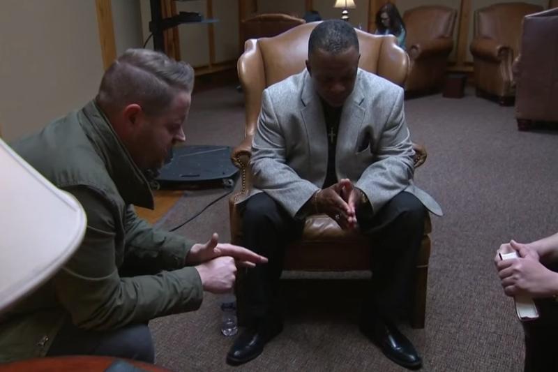 ライブ配信された「米国家祈祷日」で祈る人々(画像:動画より)