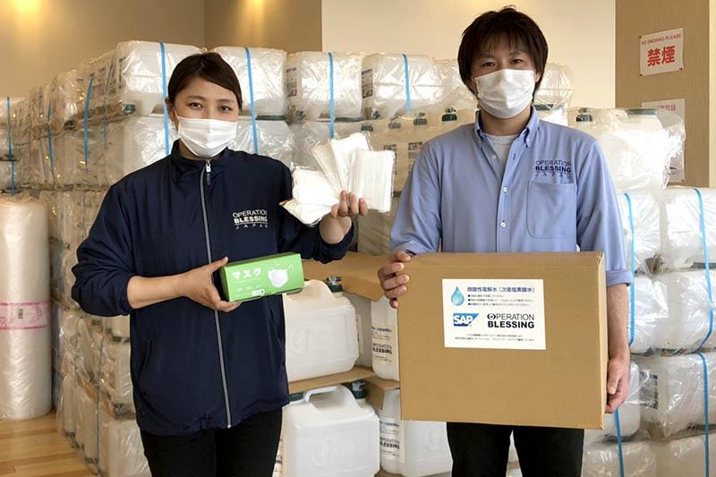 東京都の託児所に送る子ども用マスクと微酸性電解水を手にするスタッフ(写真:オペレーション・ブレッシング・ジャパン提供)