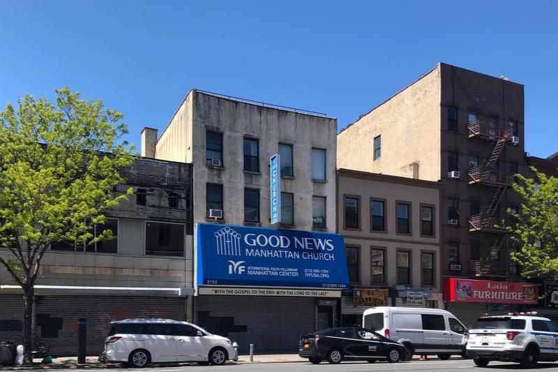シャッターが降りた通り。ニューヨーク市内はまだ大通りに面した店舗も閉店中のところが多い。