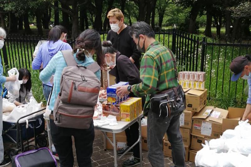 配布する食料を用意するココロケアのスタッフ