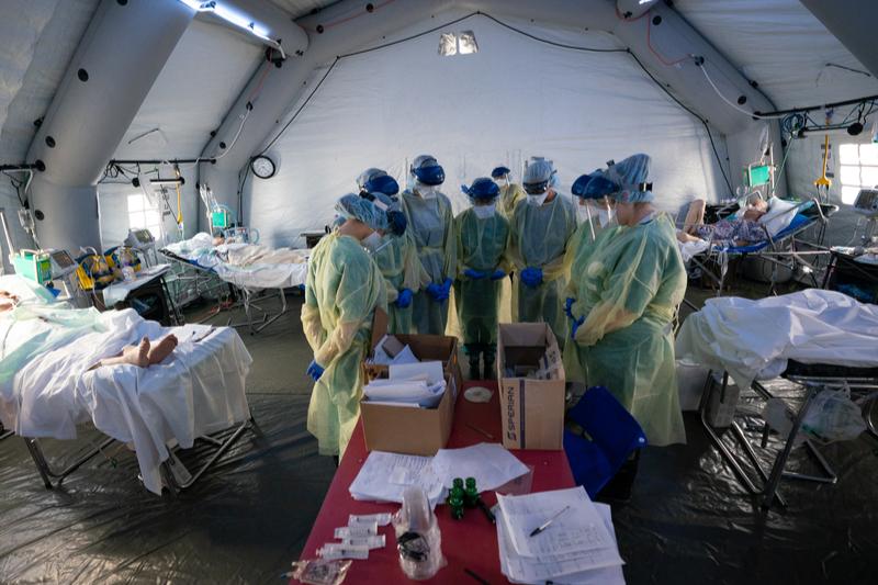 新型コロナウイルスの感染が拡大したイタリア北部クレモナに設置した救急野外医療施設で祈るキリスト教慈善団体「サマリタンズ・パース」の医療スタッフたち(写真:サマリタンズ・パース)