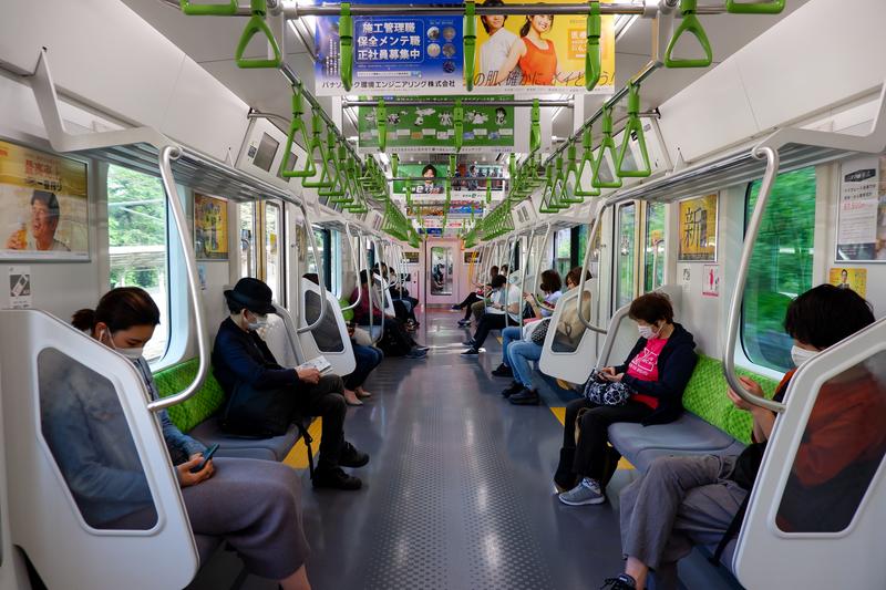 新型コロナウイルスの感染防止のため、マスクを付け、互いの距離を空けて座席に座る東京・山手線の乗客=5月2日(写真:yfinn)