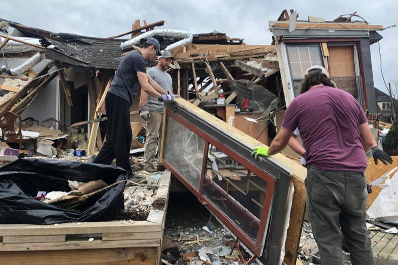 竜巻で全壊したブルック・サットンさんの自宅の後片付けをするために、多くの人たちが助けの手を差し伸べた。