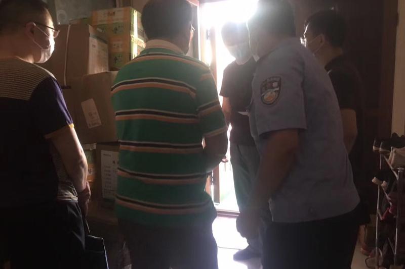 警官がオンライン伝道イベントを開催していた武漢南京路教会の駱(ルオ)伝道師の自宅に突然やって来て連行していった。(写真:華人基督徒公義団契=CCFRのツイッターより)
