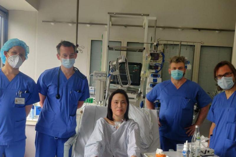 ドイツ・ベルリンのシャリテ大学病院の集中治療室(ICU)で医師らと共に