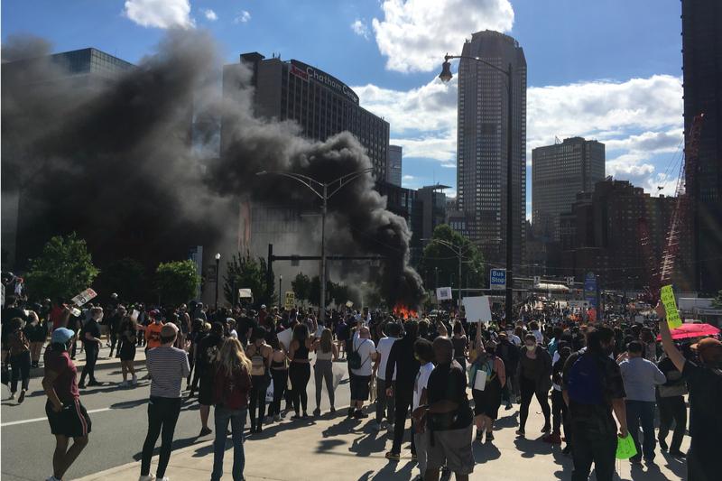 暴徒化した人々によりパトカーが燃やされ黒煙を上げている=5月30日、ペンシルベニア州ピッツバーグで(写真:Kaldari)