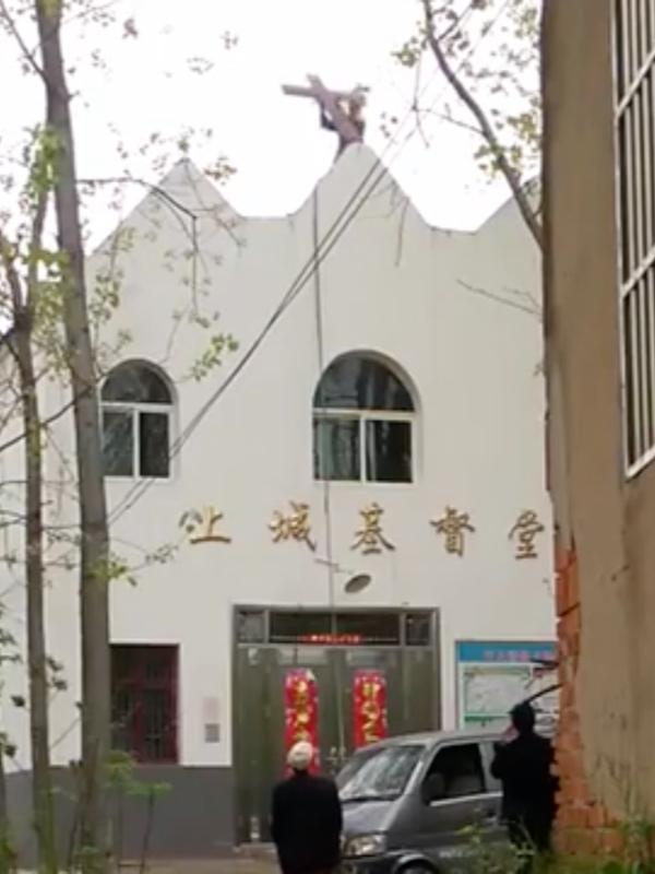 中国東部の安徽(あんき)省六安市舒城(じょじょう)県の教会から十字架が撤去される様子(画像:ビター・ウィンターが公開した動画より)