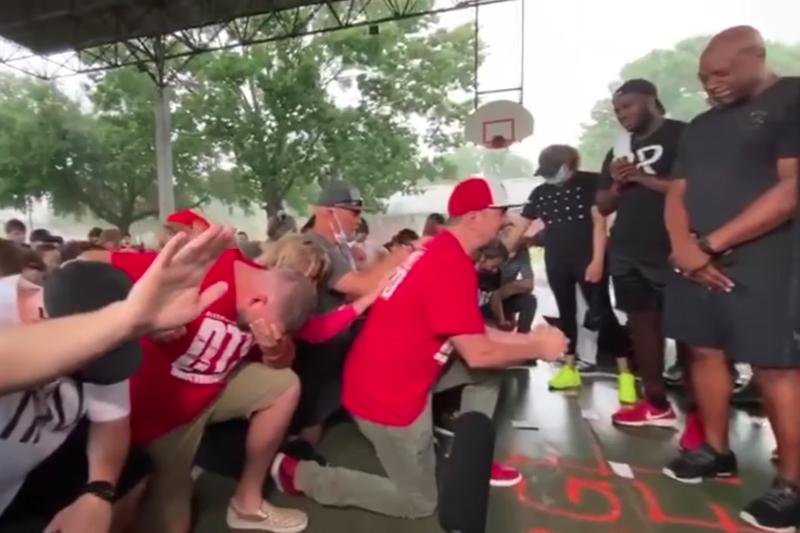 「Tre9」の名前で活動しているクリスチャンラッパーのボビー・ヘリングさん(中央)と一緒に祈る白人と黒人のクリスチャンたち(写真:フェイスブックに投稿された動画より)