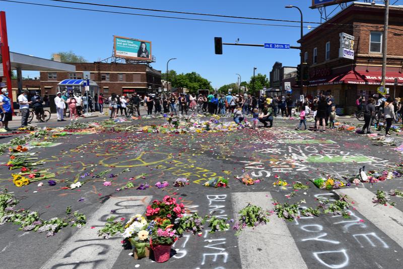 黒人男性のジョージ・フロイドさんが、白人警官に首を膝で押さえ付けられて亡くなった事件現場=5月30日、米ミネソタ州ミネアポリス(写真:Fibonacci Blue)