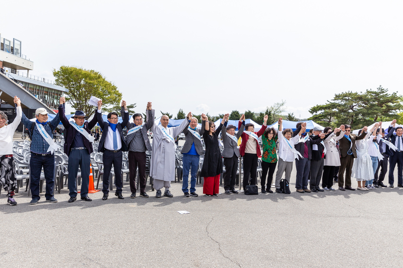 北朝鮮と韓国の実質的な国境となっている軍事境界線に沿って作られた「人間の平和の鎖」=2019年4月(写真:John C. Park)