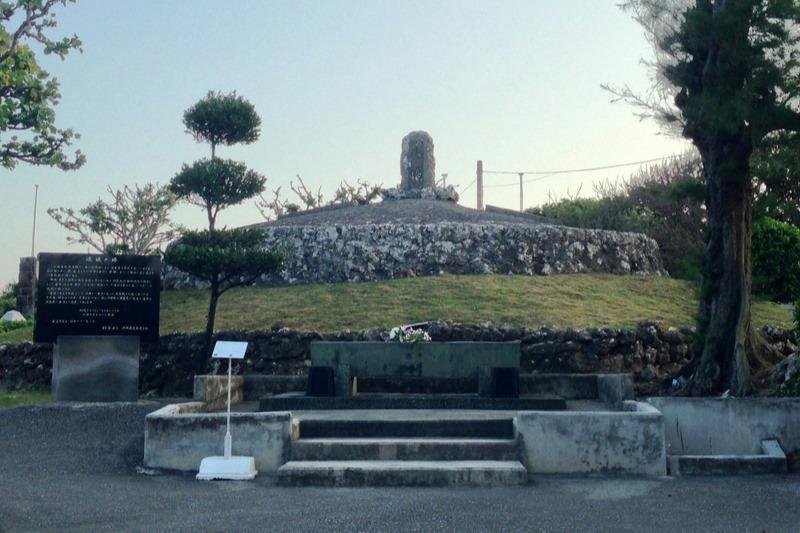 沖縄本島南部の糸満市にある「魂魄(こんぱく)の塔」=2015年12月。住民らの手により、沖縄戦で亡くなった人々の遺骨3万5千柱余りが集められて造られたとされている。(写真:Lequios-star)