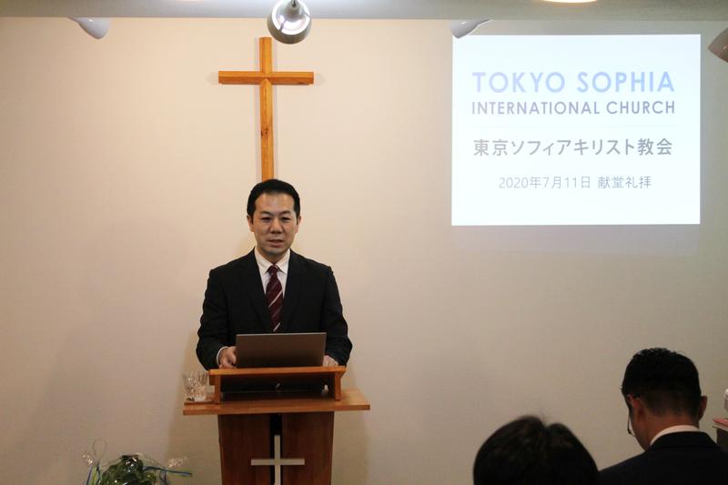 東京ソフィアキリスト教会の献堂礼拝でメッセージを伝える高柳泉牧師=11日、同教会(東京都新宿区)で