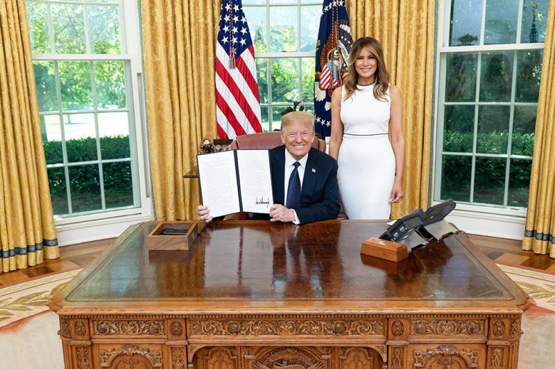 キリスト教団体などとの連携を促す里親制度強化の大統領令に署名したドナルド・トランプ米大統領=6月24日(写真:ホワイトハウス / Shealah Craighead)