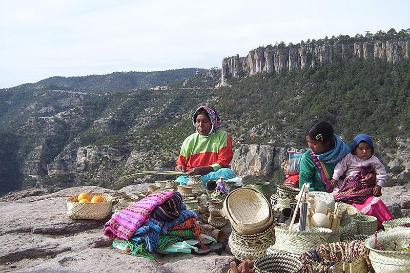 山地で手製の品を売るタラフマラ族の女性(写真:Lance Fisher)