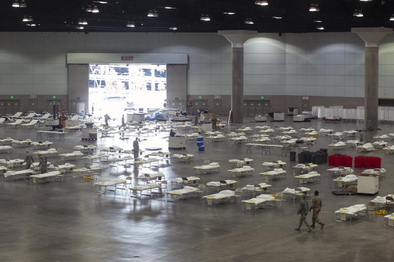 ロサンゼルス・コンベンションセンターに設置された新型コロナウイルス用の臨時病床=3月28日(写真:米空軍州兵隊)