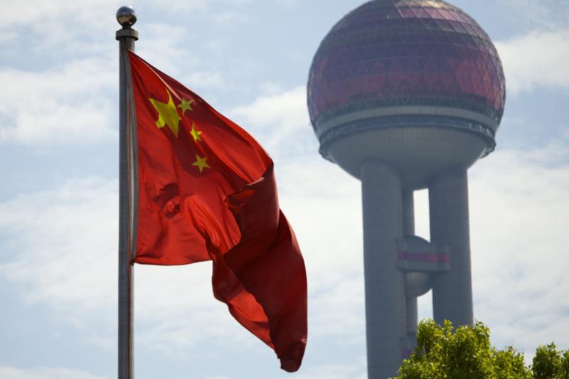 風になびく中国国旗(写真:glaborde7)