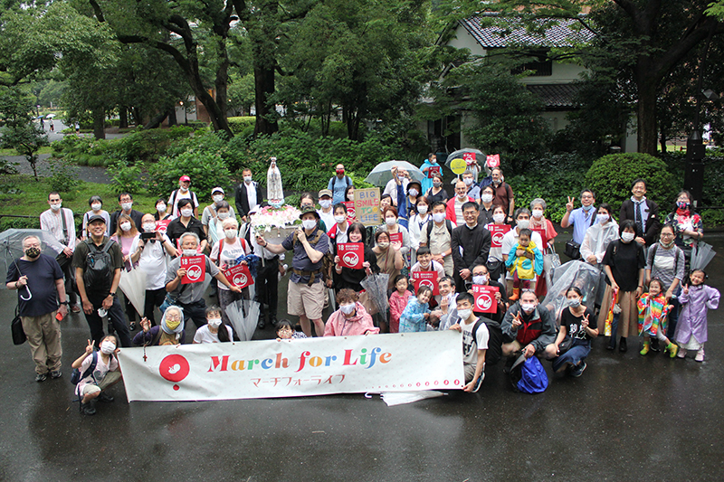 ゴール地点の日比谷公園で集合写真に収まる参加者たち=23日